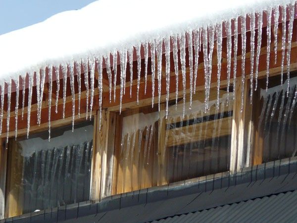 Common Winter Roofing Problems: Ice Dam Damage